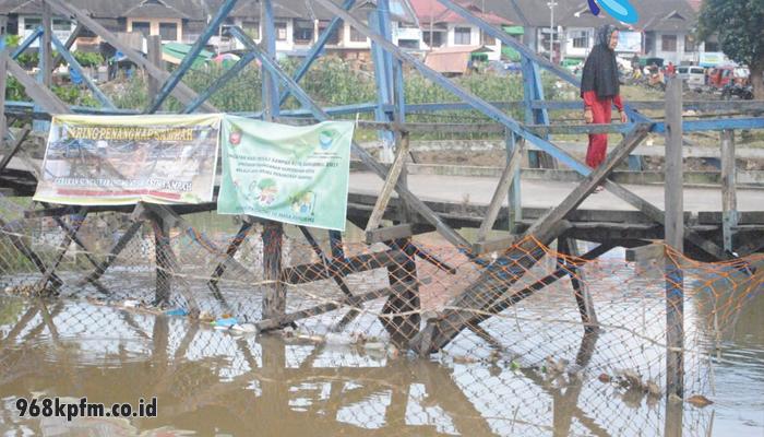 "Jaring Penangkap Milik DLH Mampu ""Jegal"" 2 Ton Sampah Di Sungai Karang Mumus"