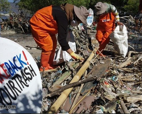 Mahasiswa Kumpulkan 10 Kuintal Sampah Plastik di Pantai Timur Surabaya